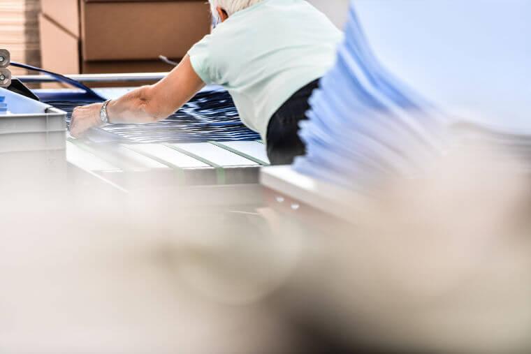 Vorbereitung von Großflächenplakaten - Printpiloten GmbH